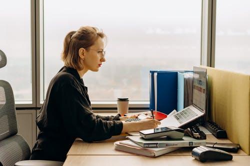 Confier la gestion comptable à une agence extérieure: une nouvelle tendance à envisager pour les grandes et les petites entreprises